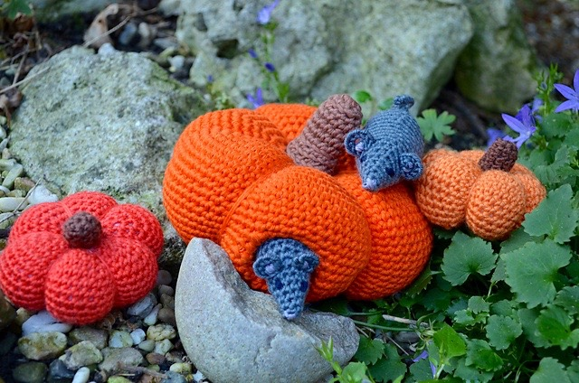 2 mice in a pumpkin house annelies baes crochet design vicarno